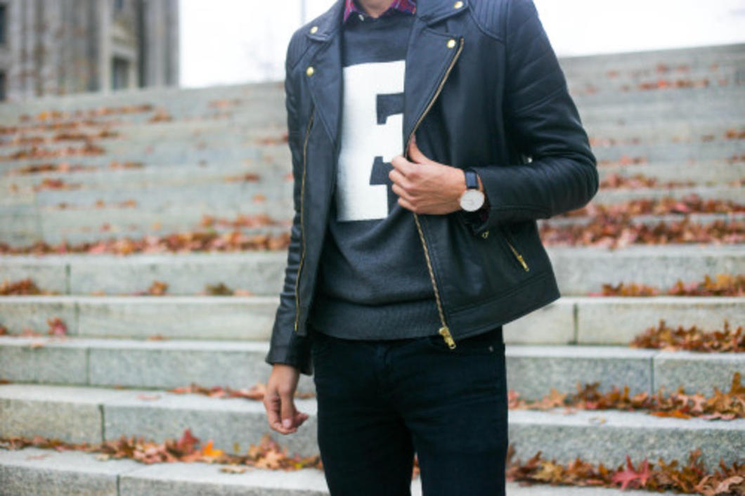 No matter the occasion, a leather jacket will always add the extra bad ass touch to your outfit. Either you're looking for the finishing touch before headed to an appearance base club or want to impress your friends, a leather jacket is your best friend during winter.